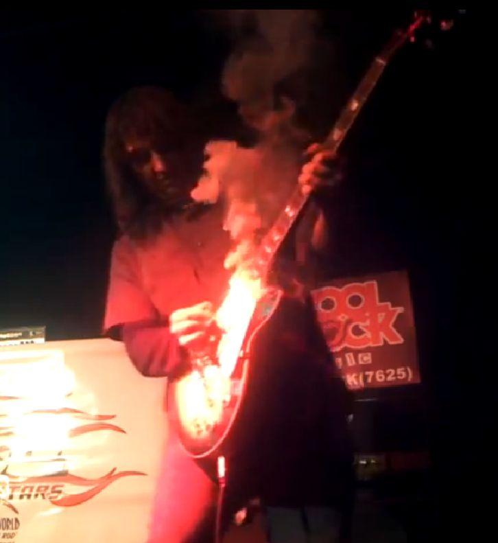 (In)aktív gitár, de füstöl… :)