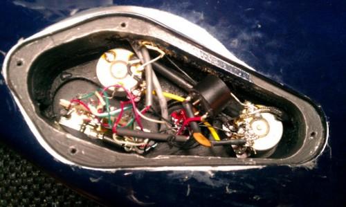 A restaurált eredeti bekötés, az új tekerccsel és kondenzátorral