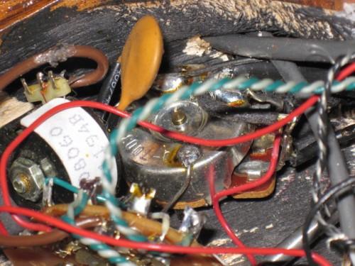 Scott fotója az eredeti Gibson elektronikáról - ott figyel a tekercs, az a fehér!