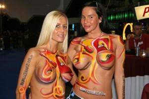 Testfestett topless lányok a Hangfoglalás idején