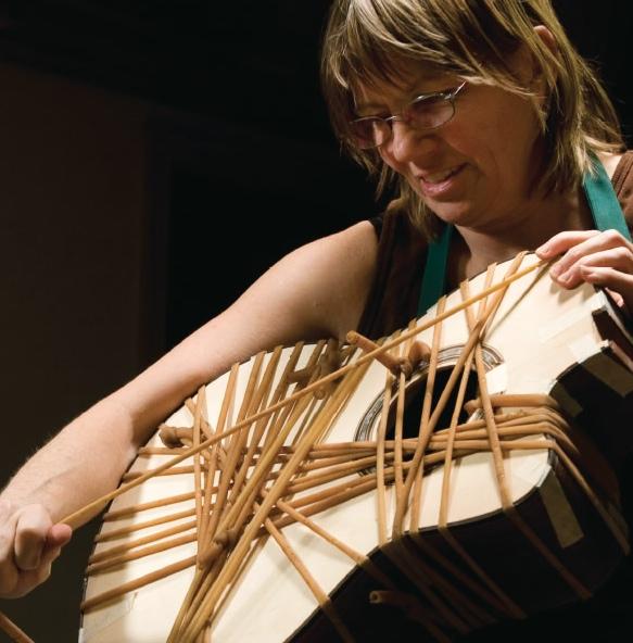 Linda Manzer az éleken végigfutó dísszegély rögzítése közben