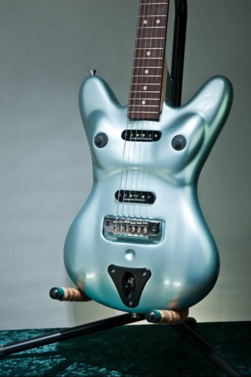 A női testet imitáló gitár poénnak jó, de szépnek nem mondható
