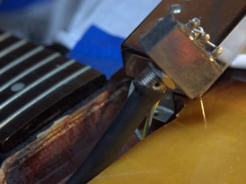A gumicső úgy-ahogy a kapcsolóra nyomva