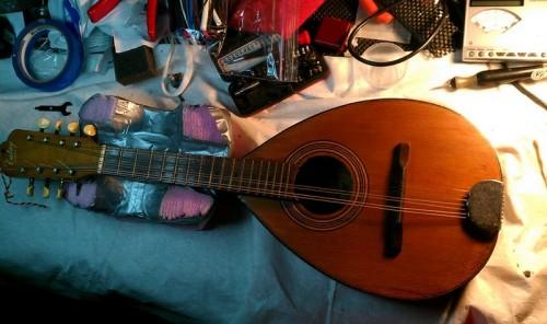 A mandolin a műtőasztalon