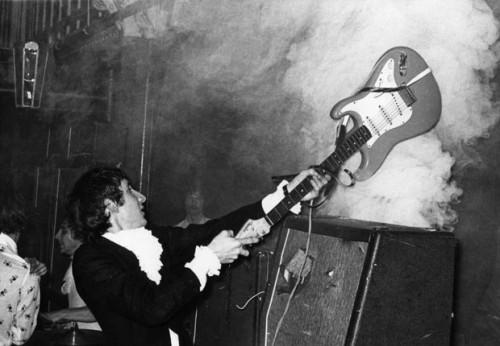 Townshend gitárral aprít erősítőt