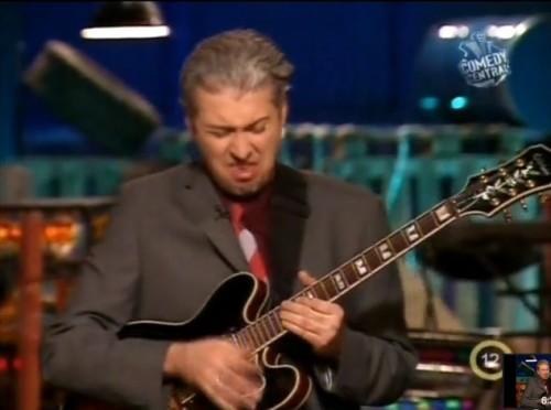 Hajós András megmutatja, hogy kell gitározni :) Katt a képre!