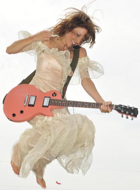 Gitárt a lányoknak, gitárt a nőknek!