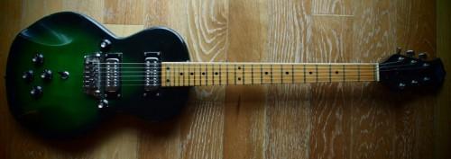 Ez az érdekes, teljesen szimmetrikus Birch gitár volt a cserélhető pickupos. Vagy valami hasonló.