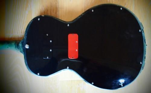 A John Birch gitár, jól láthatók a cserélhető hangszedők nyílásai hátul.