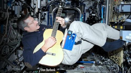 Chris Hadfield a Larrivee Parloron játszik az ISS fedélzetén