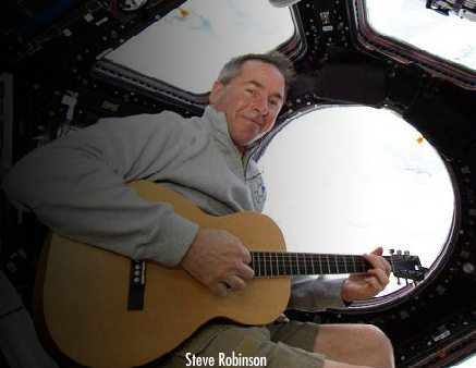 Egy másik űrhajós, Steve Robinson is űrgitározott