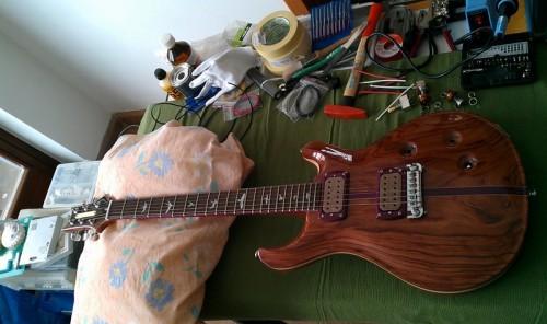 Mr. Smith új gitárja a munkaasztalon