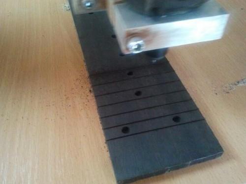 Munkában a CNC, készül a bund nút