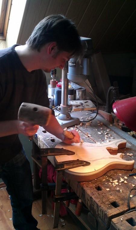 Péter a PRS stílusú gitártest oldalsó domborítását faragja