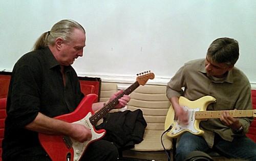 Tibusz a Select Guitars kínálatát próbálja