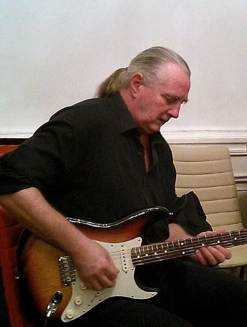 Ez a Fender nagyon bejött neki...