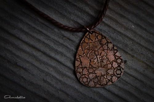 Amuletta rusztikus pengető medál