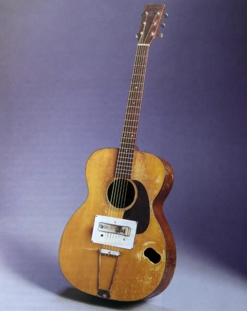 Leo egyik első gitáros munkája, egy Martin akusztikus átalakítása. (Richard Smith: Fender: The Sound Heard 'Round the World)