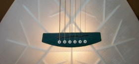 A világ első teljesen 3D nyomtatott gitárja